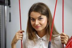 物理疗法:行使在痛苦的生理治疗师治疗监督下在脊椎的用红色绳子设备 库存图片