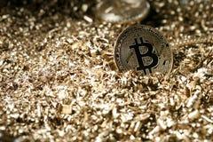 物理符号bitcoin cryptocurrency的金属金黄版本 免版税库存照片