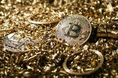 物理符号bitcoin cryptocurrency的金属金黄版本 图库摄影