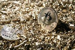 物理符号bitcoin cryptocurrency的金属金黄版本 库存图片