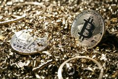 物理符号bitcoin cryptocurrency的金属金黄版本 免版税库存图片