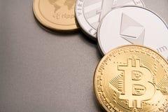 物理bitcoins、btc、bitcoin、ethereum、litecoins,波纹金和银币, cryptocurrency概念股票  免版税库存照片