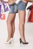 购物的两个女朋友 免版税库存图片