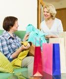 购物的袋子二名妇女 库存图片