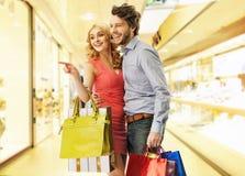 购物的青年人 免版税库存照片