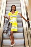 购物的非洲妇女自动扶梯 库存图片