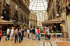 购物美术画廊在米兰 圆顶场所维托里奥Emanuele II,它 免版税库存照片