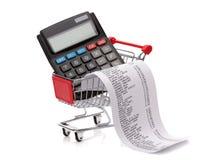 购物耕种收据、计算器和推车 免版税图库摄影