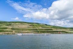 货物船通过葡萄园在Niederwald memoria 图库摄影