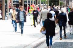 购物行动迷离的城市居民 库存照片