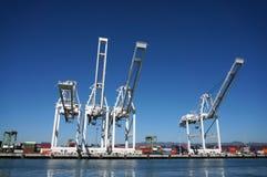 货物行在奥克兰港口抬头在海岸线的塔 免版税库存照片