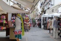 购物街道伊维萨岛老镇,西班牙 免版税库存照片