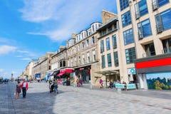 购物街道在爱丁堡,英国新市镇  免版税库存照片