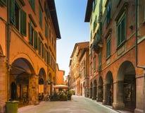 购物街道在Pisas老镇,比萨,意大利,欧洲 免版税库存图片
