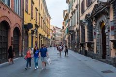 购物街道Corso意大利在老镇比萨,意大利 免版税库存图片