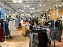 购物衣裳的人们在时尚购物中心商店 免版税库存图片