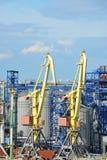 货物起重机和粮食干燥机 免版税库存图片