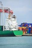 货物起重机和船 免版税库存照片