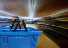 购物车和超级市场架子 库存图片