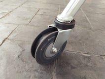 购物车在肮脏的地板上的台车轮子特写镜头细节  免版税图库摄影