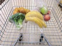 购物车用在超级市场的杂货 免版税图库摄影
