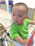 购物车的男婴 免版税图库摄影