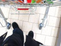 购物车的看法在超级市场的 库存图片