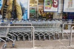 购物车行在Lidl超级市场前面的 库存图片