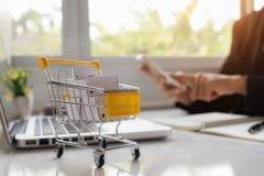 购物车计算机概念互联网鼠标在线购物 图库摄影