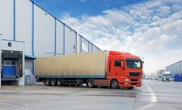 货物运输-卡车在仓库里 库存照片