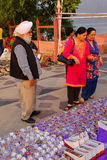 购物镯子的当地人民在市场上在人Sagar附近 库存图片