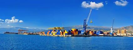 货物终端热那亚口岸全景与五颜六色的容器的 免版税库存图片