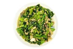 牵牛花和菠菜油煎了用被隔绝的落花生素食食物 免版税库存照片