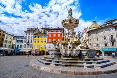 特伦托意大利Fontana del聂图诺海王星喷泉在广场中央寺院在特伦托-文化旅行向意大利 免版税库存照片