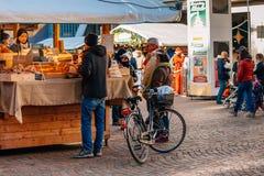 特伦托,女低音阿迪杰,意大利- 2016年12月17日:典型的面包店产品在传统圣诞节市场上 免版税库存照片
