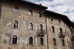特伦托,意大利,中央寺院的两个美丽如画的房子,作壁画于 免版税库存图片