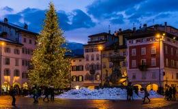 特伦托,意大利, 2017年12月16日:圣诞节在特伦托,有圣诞灯的一个迷人的老镇 免版税库存照片