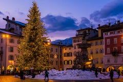 特伦托,意大利, 2017年12月16日:圣诞节在特伦托,有圣诞灯的一个迷人的老镇 库存图片