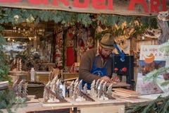 特伦托,意大利- 2015年12月1日-人们在传统xmas市场上 免版税图库摄影