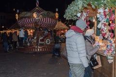 特伦托,意大利- 2015年12月1日-人们在传统xmas市场上 库存照片