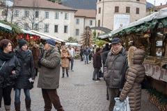 特伦托,意大利- 2015年12月1日-人们在传统xmas市场上 库存图片
