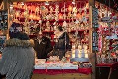特伦托,意大利- 2015年12月1日-人们在传统xmas市场上 免版税库存图片