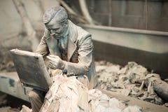特伦顿, NJ - 2017年6月17日:坐下与breifcase的商人在雕塑的地面 图库摄影