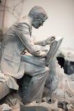 特伦顿, NJ - 2017年6月17日:坐下与breifcase的商人在雕塑的地面 免版税库存图片