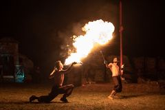 特兰西瓦尼亚中世纪节日在罗马尼亚,火分散,喷火器,火喘息机会 免版税库存图片