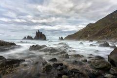 特内里费岛山和多岩石的海滩 库存照片