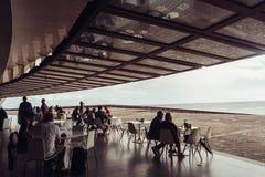 特内里费礼堂,圣克鲁斯-德特内里费,Espania - 2018年10月26日:某些人在从Auditorio的咖啡馆坐 免版税图库摄影