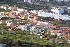 特内里费岛,加那利群岛,西班牙- 2016年4月06日:劳罗塔瓦谷和积雪覆盖的火山泰德峰看法  免版税库存图片