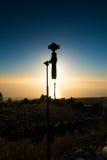 特内里费岛,西班牙- 13 02 2017年:照相机DJI OSMO加号剪影在日落背景的 库存照片