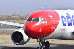 特内里费岛7月17日:对土地的飞机 2017年7月17日,特内里费岛加那利群岛 免版税库存照片